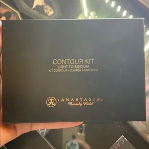 Anastasia Beverly Hills Light-Medium contour kit
